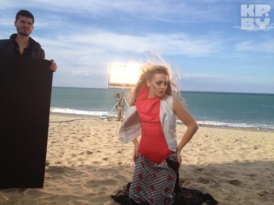 Долго «нежиться» на пляже при шести градусах тепла у Алены не получалось. Еще и поэтому съемки на пляже растянулись на 20 часов